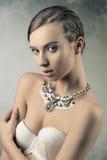 Sinnlig kvinnlig med flätad trådhår-stil Fotografering för Bildbyråer