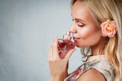 Sinnlig mjuk delikat stående för ung kvinna med doft, enj Royaltyfria Bilder