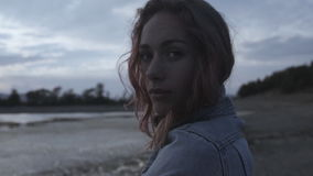 Sinnlig modell med rosa lockigt hår i grov bomullstvillomslaget som utomhus poserar stock video