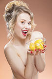 Sinnlig och naken Caucasian blond flicka med frukter Royaltyfri Fotografi