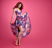 Sinnlig rödhårig manflicka för mode Blom- klänning för sommar arkivfoton
