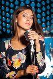 Sinnlig sångare med den retro mikrofonen Arkivbild
