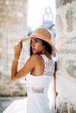 Sinnlig sexig seende modell som poserar i hatt Fotografering för Bildbyråer