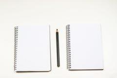 Sinnlig sketchbook och färgpennor på en vit tabell Vit tabell och Royaltyfria Foton