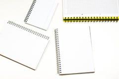 Sinnlig sketchbook och färgpennor på en vit tabell Vit tabell och Royaltyfri Foto