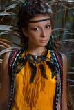 Sinnlig stående av den unga caucasian kvinnan i djungelskog royaltyfri fotografi