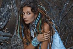 Sinnlig stående av den unga caucasian kvinnan i den vita klänningen fotografering för bildbyråer