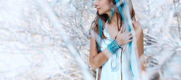 Sinnlig stående av den unga caucasian kvinnan med stängda ögon royaltyfri fotografi