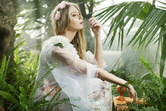 Sinnlig ung dam bland grönskan royaltyfria foton