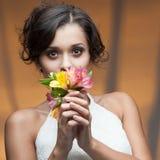 Sinnlig ung kvinna med blomman arkivfoto