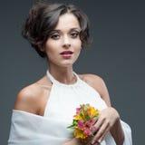 Sinnlig ung kvinna med blomman fotografering för bildbyråer