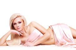 Sinnlig ung kvinna med den härliga kroppen. Royaltyfria Bilder