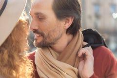 Sinnliga älska par som kysser på gatan fotografering för bildbyråer