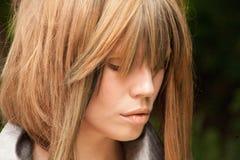 Sinnliga kanter av en flicka med blont hår Arkivbild