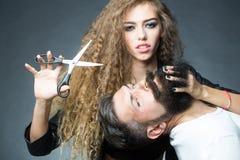 Sinnliga par som poserar med sax royaltyfri fotografi