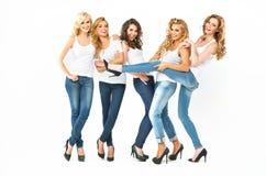 Sinnliga unga kvinnor som tillsammans poserar Royaltyfria Foton