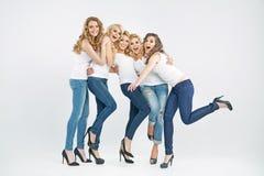 Sinnliga unga kvinnor som tillsammans skrattar arkivfoton