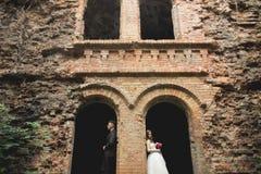 Sinnligt gift par, valentin som framme kramar av gammal slavicslott arkivbilder