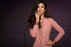 Sinnligt härligt posera för brunettkvinna royaltyfria foton
