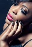 sinnligt kvinnabarn för härlig mörk makeup arkivbild