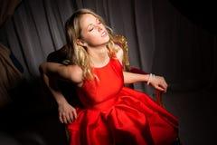 Sinnligt kvinnasammanträde i utsmyckad stol Arkivfoton