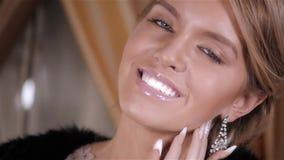 Sinnligt modeslut upp ståenden av den härliga kvinnan Modellera med ljust smink och näcka glansiga lyxig smycken för kanter och stock video