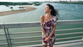 Sinnligt slut upp ståenden av den härliga flickan i sommarklänning på floden långsam rörelse stock video