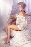 Sinnligt utforma fotoet av den härliga delikat blonda kvinnasammanträdenollan Arkivbild