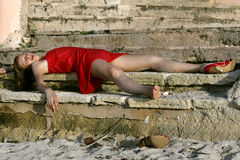 Sinnlose Frau auf dem Fußboden lizenzfreie stockfotos