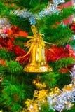 Sino amarelo no ramo da árvore de Natal no fundo Foto de Stock