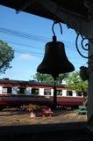 Sino de bronze na plataforma da estação, estação de caminhos-de-ferro da silhueta do estação de caminhos-de-ferro de Tailândia Imagens de Stock Royalty Free