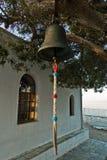 Sino de igreja na frente da igreja de Agios Ioannis Kastri no por do sol, famoso das cenas do filme de Mia da mamãe, ilha de Skop Imagem de Stock