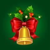 Sino dourado do Natal com curva e as bagas vermelhas do azevinho Imagens de Stock