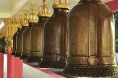 Sino dourado no templo de Tailândia imagem de stock royalty free