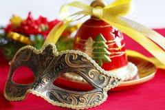 Sino e máscara de Natal foto de stock