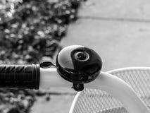Sino preto da bicicleta e roda branca Fotografia de Stock