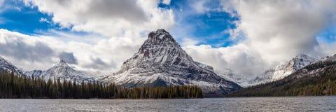 Sinopah berg och två medicin sjö i glaciärnationalpark Royaltyfri Foto