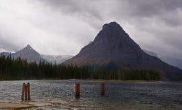 Sinopah berg, två medicin sjö, häftigt regn Arkivfoton