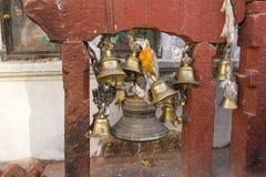 Sinos antigos budistas tibetanos no templo fotografia de stock