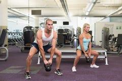 Sinos de levantamento da chaleira dos pares aptos no gym Fotos de Stock Royalty Free