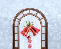 Sinos de Natal com curva em flocos de neve brilhantes do fundo Imagens de Stock Royalty Free
