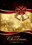 Sinos de Natal e curva vermelha no fundo dourado Fotografia de Stock Royalty Free