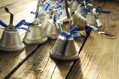 Sinos de Natal em um fundo de madeira Fotos de Stock Royalty Free