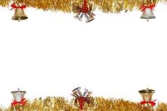 Sinos de Natal que penduram na festão do ouro Foto de Stock
