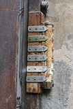 Sinos de porta oxidados velhos com botões e tabelas imagem de stock royalty free
