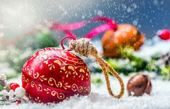 Sinos de tinir das bolas do Natal Fita vermelha com Natal feliz do texto Fundo abstrato nevado e decoração Fotos de Stock Royalty Free