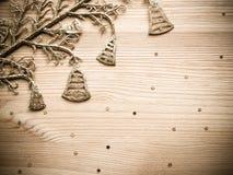 Sinos dourados e estrelas no fundo de madeira da textura foto de stock royalty free