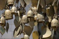 Sinos e corações de bronze da oração Imagem de Stock