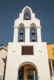 sinos na torre de igreja croata com céu azul Foto de Stock