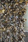 Sinos pequenos de suspensão do ouro para a sorte em Wat Pongarkad, Chachoengsao, Tailândia fotos de stock